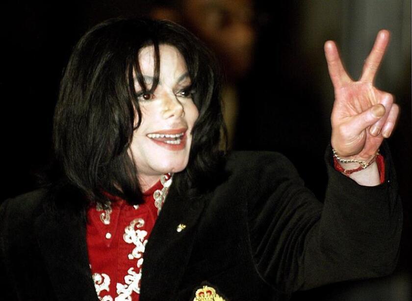Foto de archivo del cantante estadounidense Michael Jackson mientras saluda a sus seguidores durante su asistencia a la gala de la Asociación de Esposas de Embajadores Africanos en la Embajada de Etiopía, en Washington DC (Estados Unidos) el 1 de abril de 2004. EFE