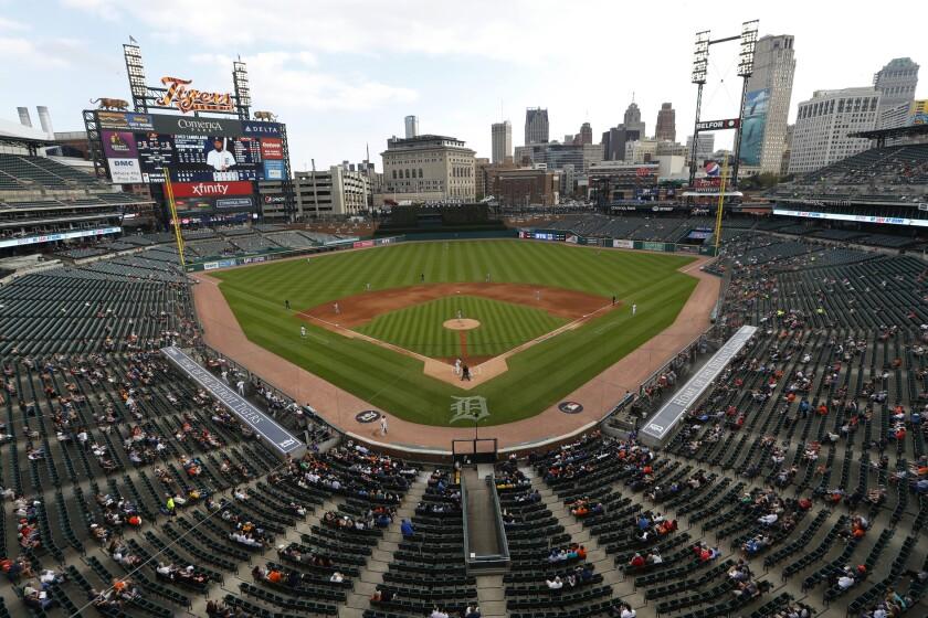Fanáticos en el estadio Comerica Park presencian un juego entre los Orioles de Baltimore y los Tigres de Detroit.