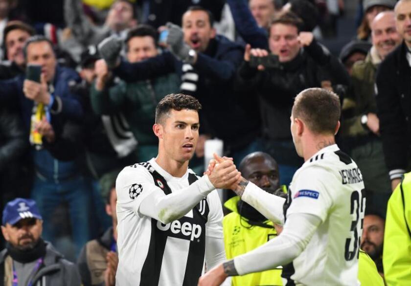Cristiano Ronaldo (i) de Juventus celebra la anotación de un gol con su compañero Federico Bernardeschi durante el partido de vuelta por los octavos de final de la Liga de Campeones de la UEFA entre Juventus FC y Club Atlético Madrid en el estadio Allianz, en Turín (Italia). EFE
