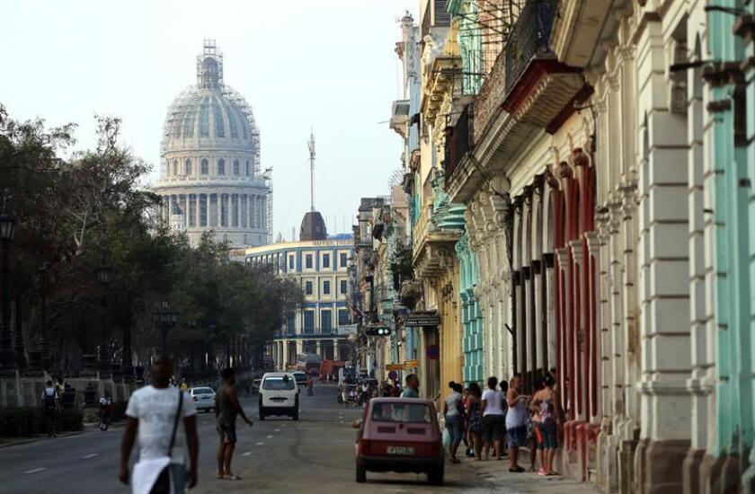 """El frenazo a las reformas económicas en Cuba con la imposición de mayores trabas al desarrollo del sector no estatal genera una """"fuga de capital local hacia el exterior"""" de entre 280 y 350 millones de dólares anuales, advirtió hoy una consultora especializada en la economía cubana. EFE/Archivo"""