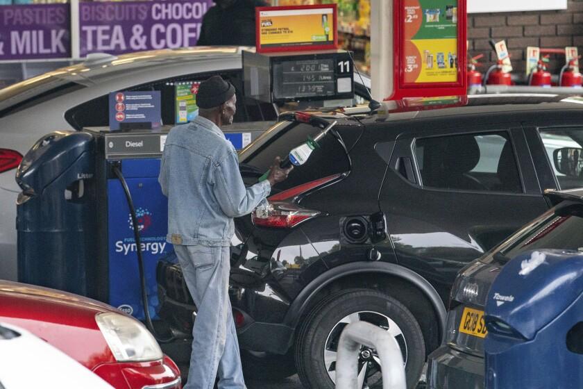 Automovilistas en una gasolinera en el sureste de Londres el 25 de septiembre del 2021. (Dominic Lipinski/PA vía AP)
