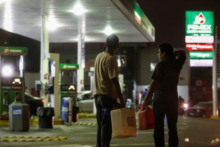 """Consumidores buscan conseguir un poco de gasolina el 11 de enero de 2019 en expendedoras de la ciudad de Guadalajara (México). La empresa estatal Petróleos Mexicanos (Pemex) dijo que no dará """"marcha atrás"""" contra el robo de combustible en México y que su estrategia es """"efectiva"""". EFE/Archivo"""