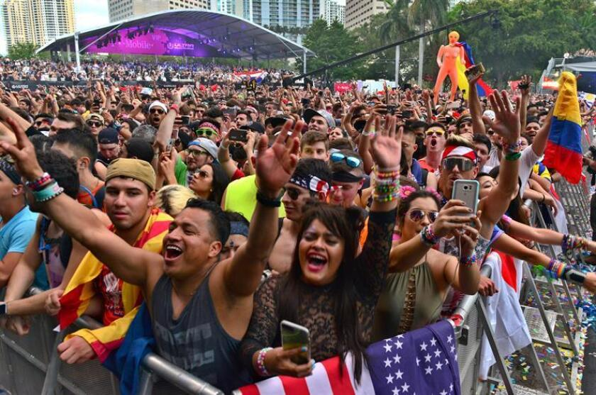 Asistentes cantan en el Ultra Music Festival en Miami, Florida. EFE/Archivo