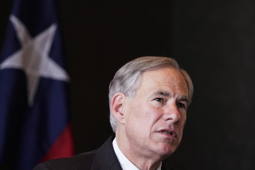 ARCHIVO - En esta fotografía de archivo del miércoles 17 de marzo de 2021, el gobernador de Texas, Greg Abbott, habla en conferencia de prensa en Dallas. (AP Foto/LM Otero, Archivo)
