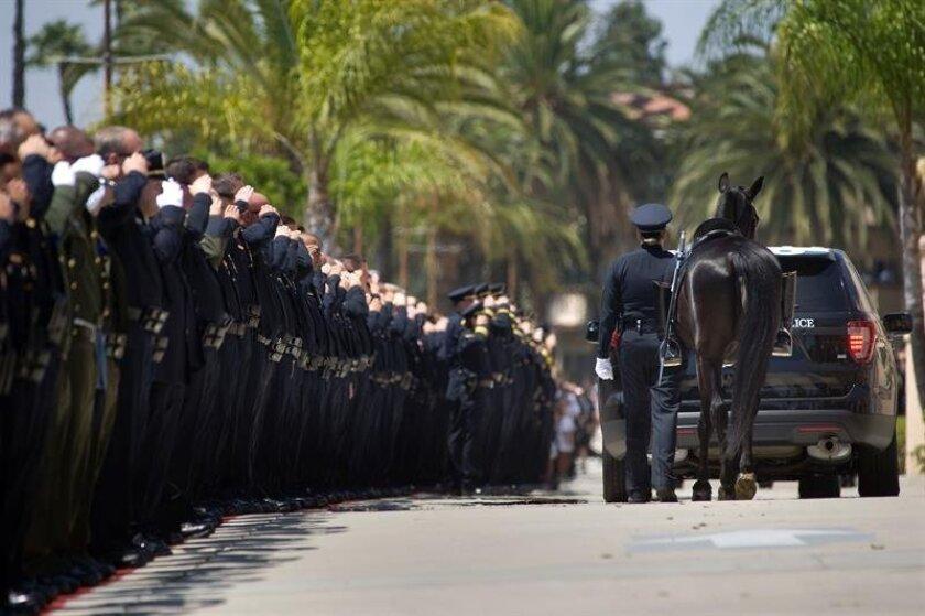Guardias de Honor de Los Ángeles asisten al funeral del oficial de policía de San Diego, Jonathan de Guzmán, hoy, 5 de agosto de 2016, en El Cajón, California. El agente fue asesinado en cumplimiento del deber esta semana. EFE