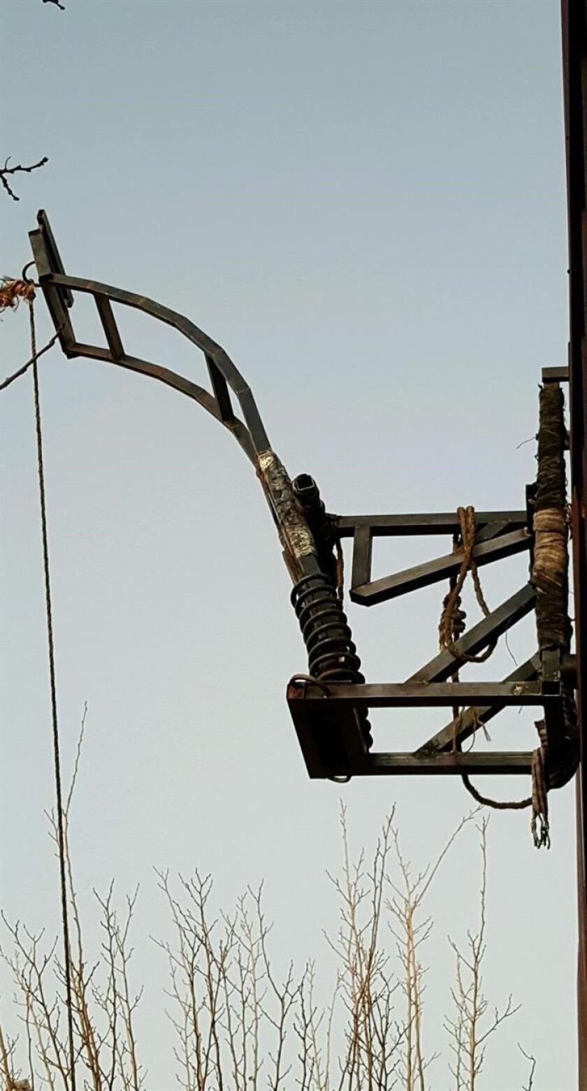 Fotografía cedida en donde se aprecia un detalle de la catapulta utilizada para lanzar drogas sobre el muro fronterizo en Arizona que fue desmantelada por autoridades estadounidenses y mexicanas, según informó hoy la Oficina de Aduanas y Protección Fronteriza (CBP) sector Tucson. EFE/Patrulla Fronteriza Tucson