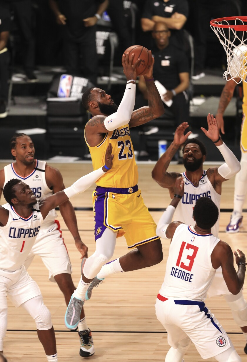 LeBron James, de los Lakers de Los Ángeles, encesta ante los Clippers