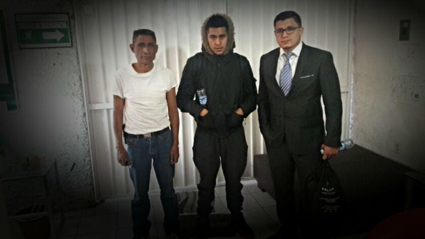 Israel Concha (derecha) es presidente de New Comienzos, entidad que asiste a repatriados en la Ciudad de México. Aquí aparece con dos inmigrantes a quienes se les brindó asistencia.