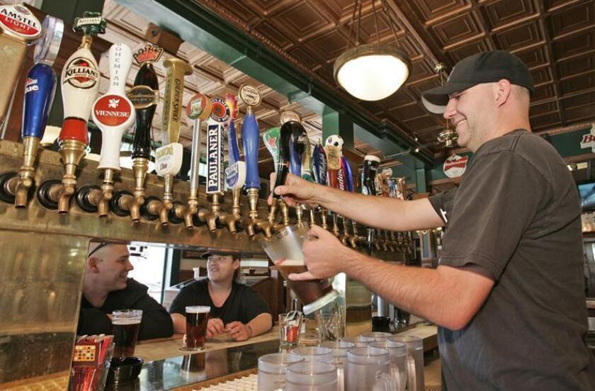 El nuevo año trajo sidras y cervezas con más alcohol a algunos bares después de que hoy entraran en vigor en los estados de Maine y Tennessee las medidas aprobadas por los votantes la noche electoral del 8 de noviembre. EFE/ARCHIVO
