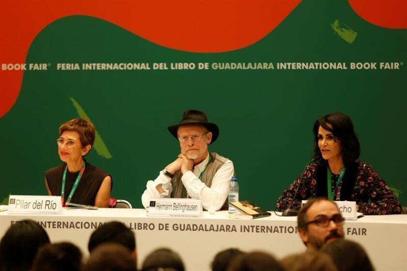 La escritora española Pilar del Río (i), acompañada del poeta mexicano Hermann Bellinghausen (c) y la periodista Lydia Cacho (d) participan hoy, sábado 24 de noviembre de 2018, durante una mesa redonda en el marco de la Feria Internacional del Libro, en la ciudad de Guadalajara, Jalisco (México). EFE