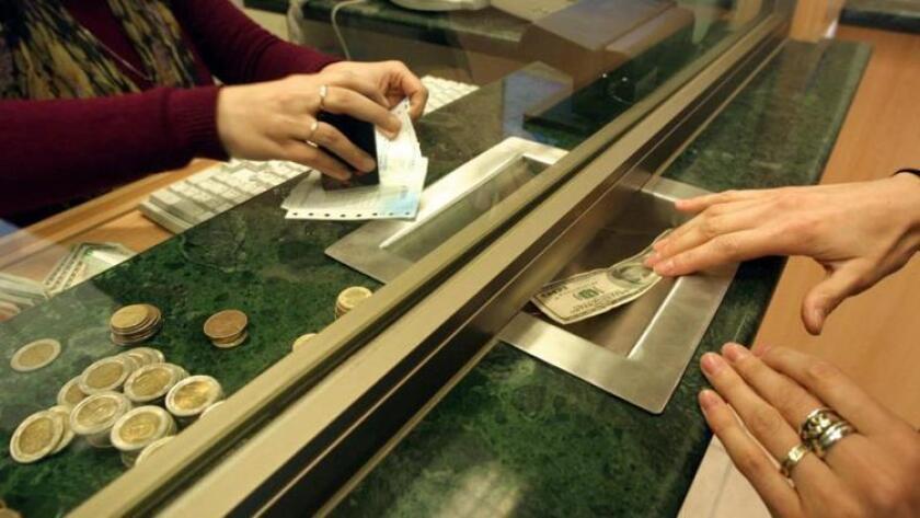 El gobierno del presidente Enrique Peña Nieto proyecta que para el 2017 el dólar baje a 18.20 pesos, lo cual va a depender de cómo cierra su valor en el 2016. En caso de que oscile en los 20 por dólar expertos estiman que ese objetivo no se logrará.