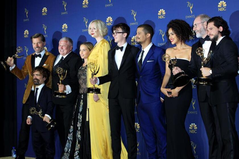 El elenco de Game of Thrones posa con el Emmy a Mejor Serie Dramática durante la ceremonia anual de los Primetime Emmy Awards en el Microsoft Theater de la ciudad de Los Ángeles (EE.UU.). EFE/Archivo