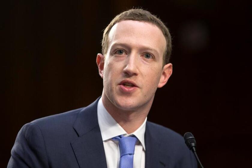 """El CEO de Facebook, Mark Zuckerberg, testifica ante el Comité Senatorial de Comercio, Ciencia y Transporte y la audiencia conjunta del Comité Judicial del Senado, sobre """"Facebook, la privacidad de las redes sociales, y el uso y abuso de datos"""". EFE/Archivo"""