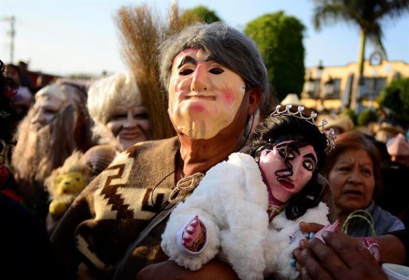 Personas con mascaras realizan bailables hoy, jueves 22 de febrero de 2018, por la principales calles del municipio de Atlatlahucan, en Morelos (México). Las milagrosas figuras de madera apodadas Chepe y Xóchitl, que simulan un hombre y una mujer con rasgos indígenas, protagonizan el Carnaval de Atlatlahucan, en el sureño estado mexicano de Morelos, durante el cual los habitantes del municipio piden fertilidad para el campo y las mujeres. EFE