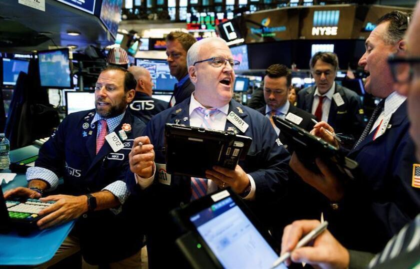 Varios operarios trabajan en la Bolsa de Nueva York, Estados Unidos, el 19 de junio del 2018. EFE/Archivo