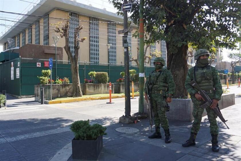 Elementos del Ejército mexicano, resguardan hoy, las inmediaciones del Consulado de Estados Unidos en la ciudad de Guadalajara, Jalisco (México), tras reportes de daños por un artefacto explosivo dentro de las instalaciones del consulado. EFE