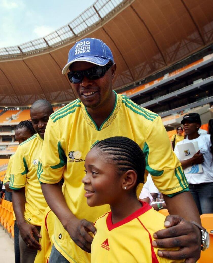 Sudáfrica llora este lunes la muerte del futbolista Phil Masinga, exdelantero del Leeds británico y miembro de la generación de oro que conquistó la Copa Africana de Naciones de 1996, por un cáncer a los 49 años, según informó la Asociación de Fútbol de Sudáfrica (SAFA). EFE/Archivo