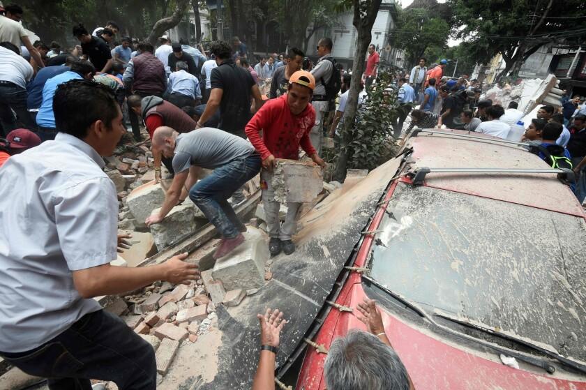 la-fg-trump-northkorea-20170921People in Mexico City remove debris after a building collapsed in a p