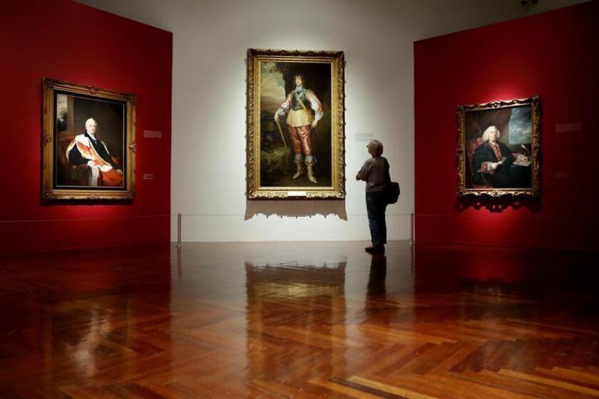 """Vista de las obras """"Retrato de Sir Nicolas Vansittart"""" (i) del artista Thomas Lawrence, """"Retrato del príncipe Charles Louis"""" (c), de Anton Van Dyck, y """"Sir JamesHodges"""" (d), de Joshua Reynolds hoy, martes 7 de noviembre de 2017, durante un recorrido para la prensa en el Palacio de Bellas Artes, en Ciudad de México (México). EFE"""