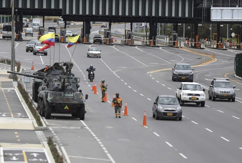 Soldados y tanques del ejército vigilan las casetas de peaje para evitar que los manifestantes las dañen