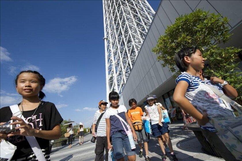 Visitantes japoneses de la torre Tokyo Skytree, el pasado mes de agosto. EFE/Archivo