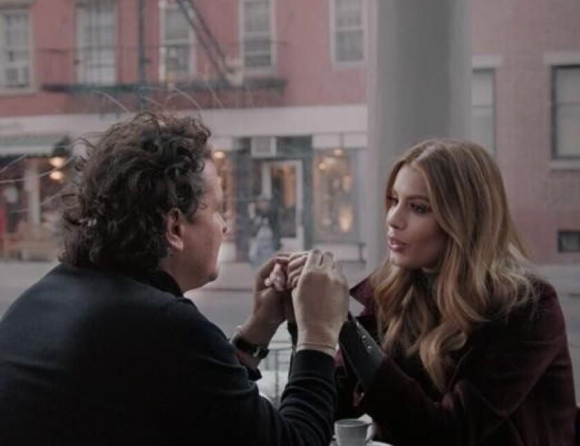 """El video del tema """"Al filo de tu amor"""" está protagonizado por su intérprete Carlos Vives y por la modelo colombiana Ariadna Gutiérrez."""