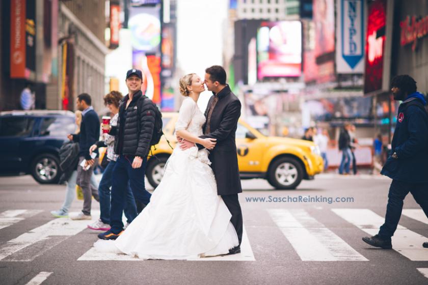Zach Braff photobombs a couple's wedding photo.