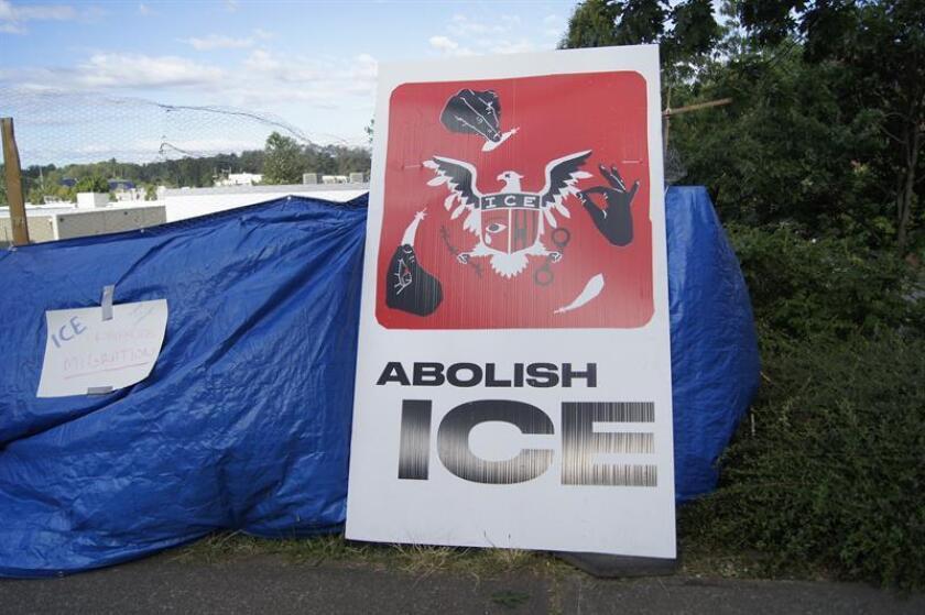 """Vista de una tienda de campaña con un cartel que reza """"Abolir ICE (Servicio de Inmigración y Control de Aduanas)"""" instalada frente a la sede de la dependencia migratoria en Portland, Oregón (Estados Unidos). EFE/Archivo"""