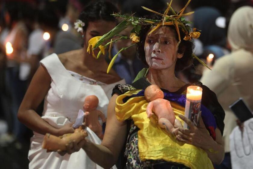 """Miles de personas marcharon hoy en Medellín para decir que """"no volverán a la guerra"""" y """"unificar fuerzas"""" en favor de la paz de Colombia, tras el rechazo del acuerdo de paz firmado por el Gobierno y las FARC en el plebiscito del pasado domingo."""