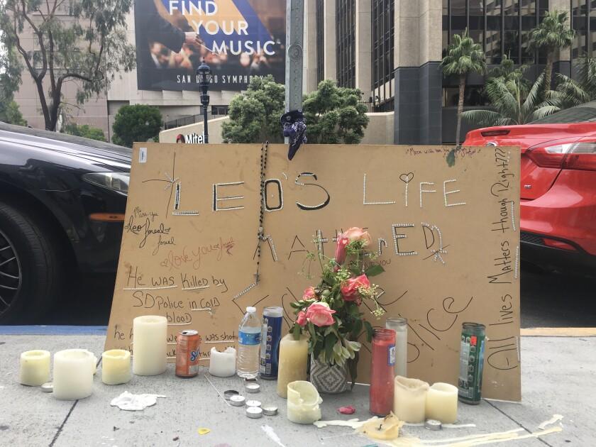 Se colocó un pequeño homenaje con flores, velas y carteles en el suelo