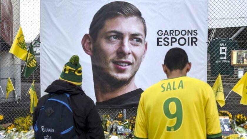 Aficionados del Nantes dejan flores en la sede del equipo, donde militó el desaparecido futbolista argentino Emiliano Sala.