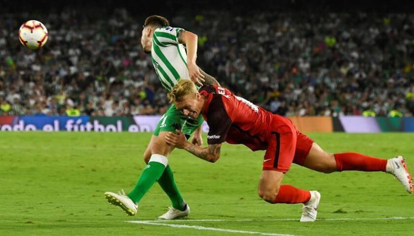 El delantero del Real Betis, Lorenzo Morón (i), lucha por el balón ante el defensa danés del Sevilla FC, Simon Kjær (d), durante un partido. EFE/Archivo