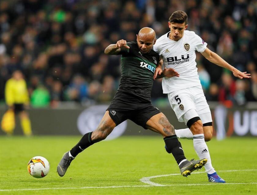 El defensa brasileño del Valencia Gabriel (d) disputa un balón con el delantero brasileño del Krasnodar Ari (i) durante el partido de vuelta entre ambos equipos, correspondiente a los octavos de final de la Liga Europa de la UEFA, este jueves en Krasnodar (Rusia). EFE