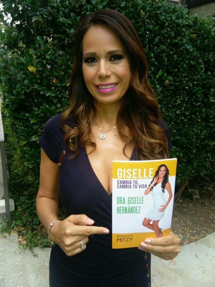 """La nutriocionista Giselle Hernández muestra su libro """"Cambia tú, cambia tu vida""""."""
