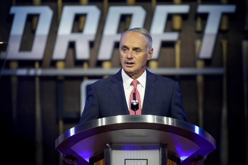El comisionado Rob Manfred durante el draft 2021 de las Grandes Ligas, el domingo 11 de julio de 2021, en Denver.