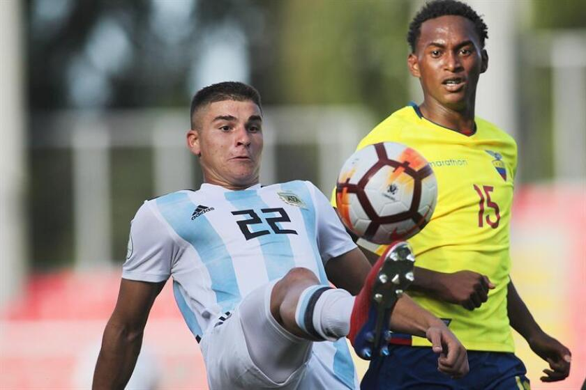 Argentina's Julian Alvarez (left) vies for the ball with Ecuador's Marlon Medranda during a round-robin match at the 2019 South American U-20 tournament in Chile. The contest was played on Jan. 22, 2019, at Estadio Fiscal in Talca, Chile. EPA-EFE/Esteban Garay