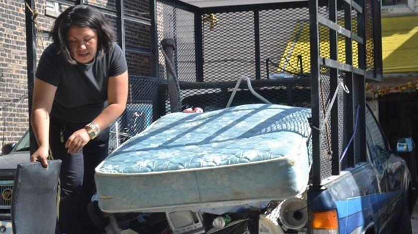Una mujer trabaja en el reciclado de muebles y colchones. EFE/Archivo