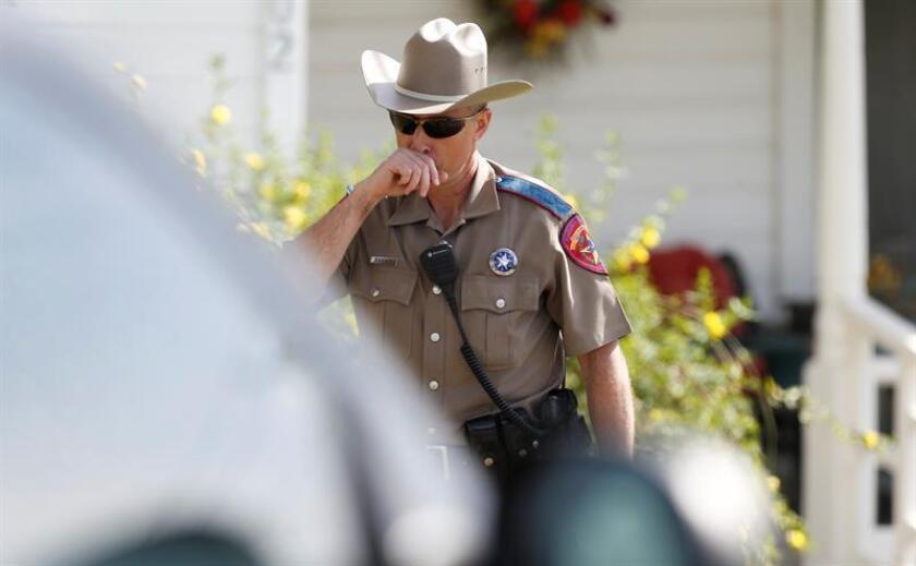 Un agente de policía de El Paso (Texas) fue suspendido de empleo tras amenazar con su pistola a un grupo de menores que supuestamente entraron sin permiso en un centro recreativo de la ciudad, según informaron hoy varios medios locales. EFE/Archivo