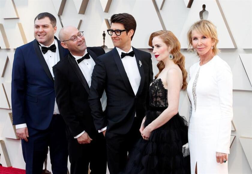En la imagen, Guy Nattiv (C), Jaime Ray Newman (2d) and Trudie Styler (d) posan a su llegada a la alfombra roja de los Premios Óscar, este domingo, en Hollywood, California (Estados Unidos). EFE