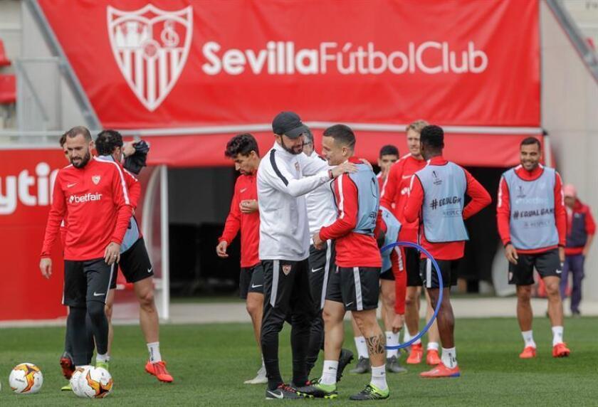 El entrenador del Sevilla, Pablo Machín (c), conversa con el jugador Roque Mesa durante un entrenamiento efectuado en la Ciudad Deportiva. EFE/Archivo