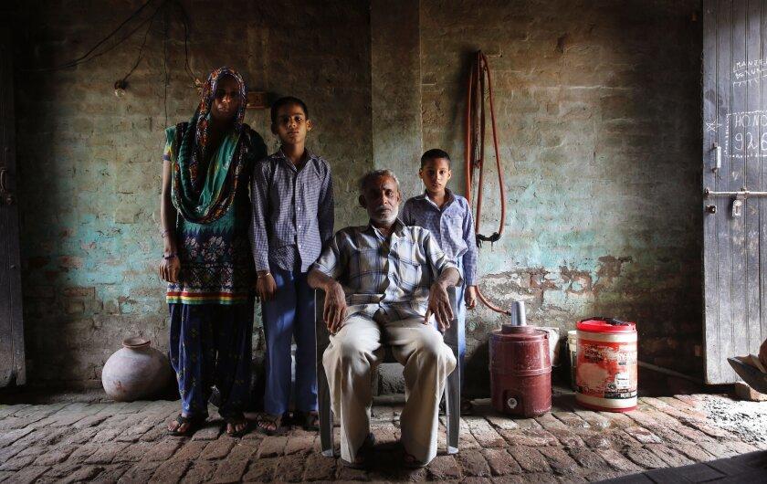 Anita Berwal (izq) con su esposo Sadhuram Berwal (sentado) y sus hijos fotografiados en su casa de Sorkhi, en el sur de la India. Sadhuram Brewal viajó 2.700 kilómetros para conocer a su prometida, en un matrimonio arreglado por las familias. El hombre no consiguió esposa en el sur del país, donde hay bastante más hombres que mujeres. (AP Photo/Manish Swarup, File)