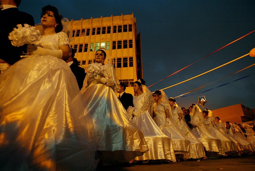 مجموعه ای از زوج ها با لباس عروسی