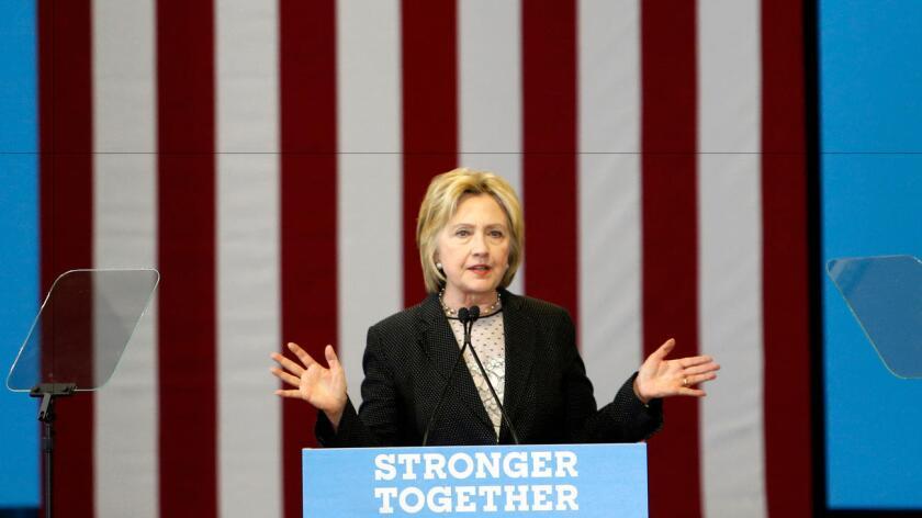 En un mitin en Carolina del Norte, Hillary Clinton se centró en detallar sus propuestas económicas si es elegida presidenta en noviembre con iniciativas como el aumento del sueldo mínimo, el fortalecimiento de los sindicatos, la simplificación del código fiscal o el aumento de los impuestos a los más ricos.