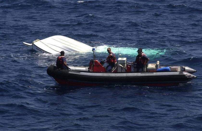 Miembros de la Guardia costera de EEUU atienden a unos inmigrantes. EFE/Archivo