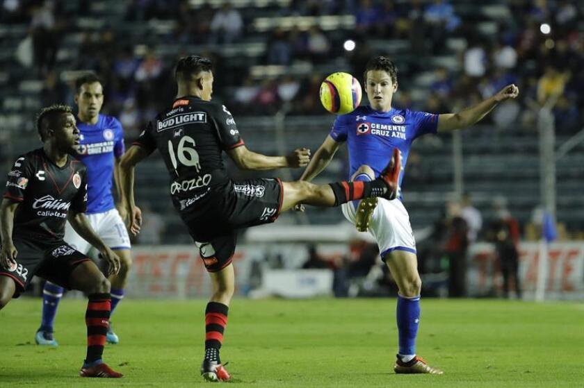 El jugador de Cruz Azul Carlos Fierro (d) y Michael Orozco (i) de Xolos disputan el balón durante el juego correspondiente a la jornada 1 del torneo mexicano de fútbol celebrado en el estadio Azul en Ciudad de México. EFE