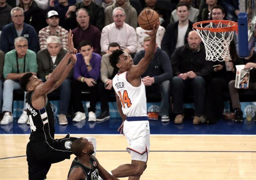Allonzo Trier (c) de los Knicks de Nueva York dispara en contra de Giannis Antetokounmpo (i) de los Bucks de Milwaukee durante el partido de baloncesto de la NBA entre los Bucks de Milwaukee y los Knicks de Nueva York en el Madison Square Garden en New York (EE.UU.) hoy, 1 de diciembre de 2018. EFE