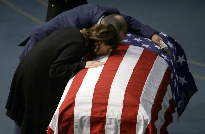Lupe Corona y Merced Corona padres de la joven policía hispana asesinada a sangre fría. (AP Photo/Rich Pedroncelli, Pool)