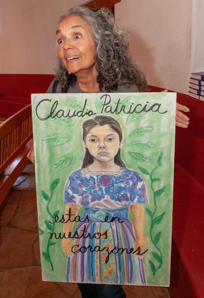 Fotografía de la activista Anna García que muestra una imagen de Claudia Patricia González, inmigrante guatemalteca muerta a tiros por un agente fronterizo estadounidense hace unos días. EFE/Archivo