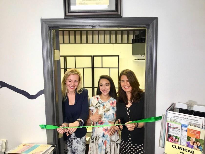 La cónsul general de México en San Diego, Marcela Celorio ( a la derecha) y personal del consulado y de la ventanilla de salud inauguran la nueva sala de lactancia.
