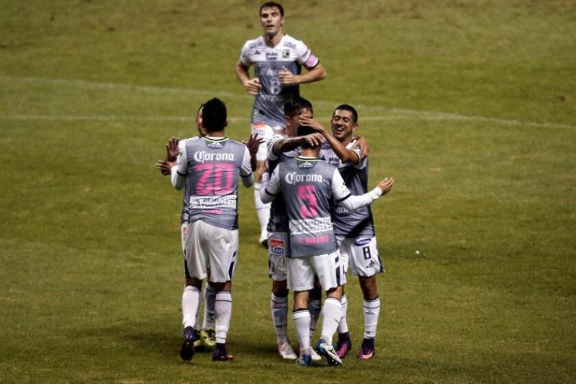 Vista de varios jugadores del León festejando una anotación. EFE/Archivo